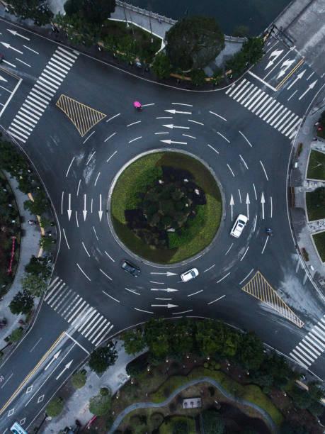 roundabaout antenne - kreisverkehr stock-fotos und bilder