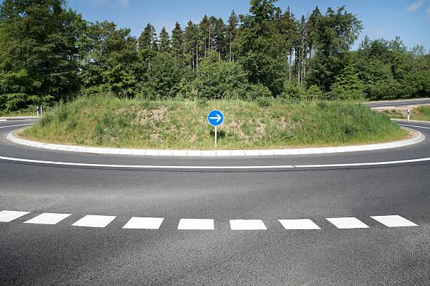 kreisverkehr country road - kreisverkehr stock-fotos und bilder