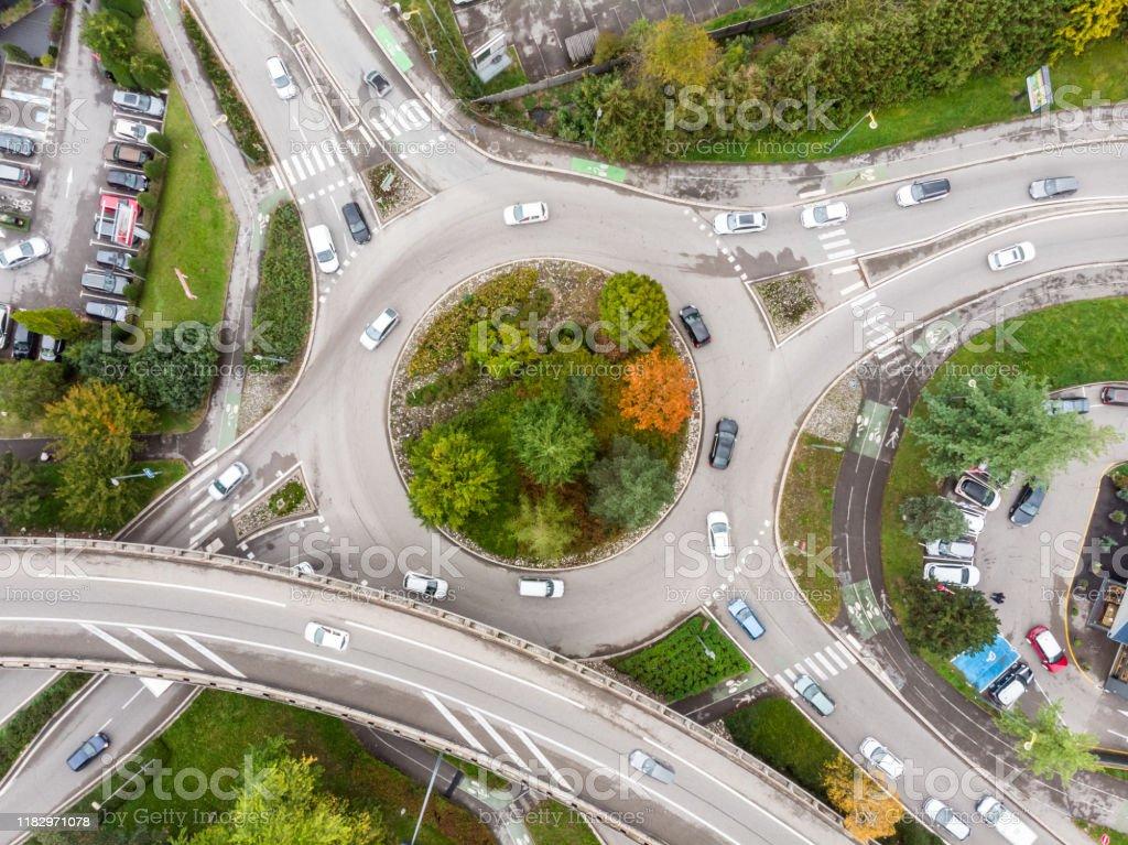 Rotonde kruising met voertuig verkeer en groene bomen luchtfoto van drone weergeven van ronde vorm en rijstroken, transport Junction architectuur - Royalty-free Aan het werk Stockfoto