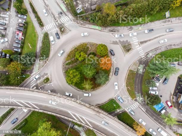 Rotonde Kruising Met Voertuig Verkeer En Groene Bomen Luchtfoto Van Drone Weergeven Van Ronde Vorm En Rijstroken Transport Junction Architectuur Stockfoto en meer beelden van Aan het werk