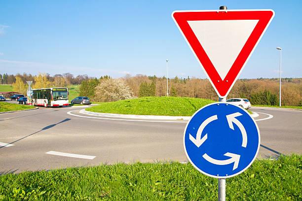 Kreisverkehr Straße-Warnung – Foto
