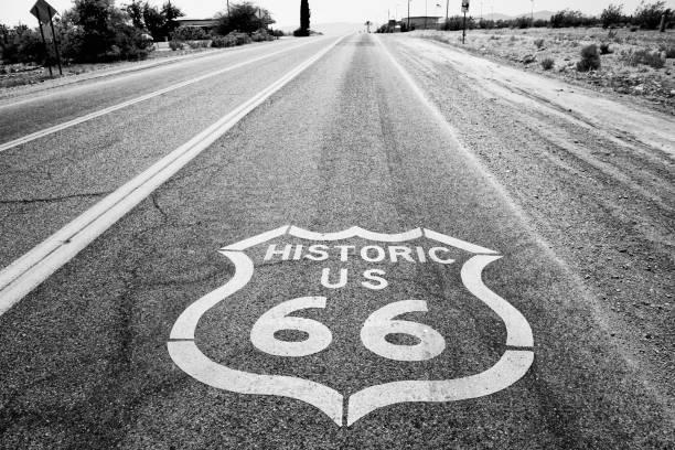 route 66 road sign, arizona. zwart-wit. - arizona highway signs stockfoto's en -beelden