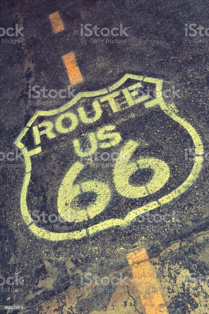Znak trasy 66. - Zbiór zdjęć royalty-free (Asfalt)
