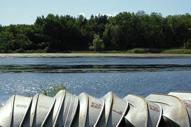 列ボートの湖 - 水につかる ストックフォトと画像