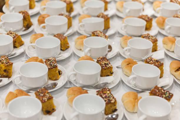 커피와 간식 준비 봉사를 행 컵 스톡 사진