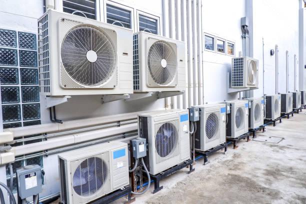 reihe von luftkompressoren vor der industriebauwand. - luftfilter stock-fotos und bilder