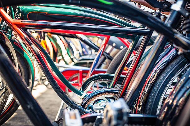 fila de estilo cruzera de bicicletas en la playa, primer plano a través de fotogramas - bastidor de la bicicleta fotografías e imágenes de stock