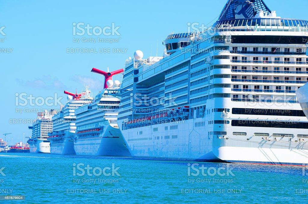 Zeile der großen Kreuzfahrtschiffe im Hafen vor Anker – Foto