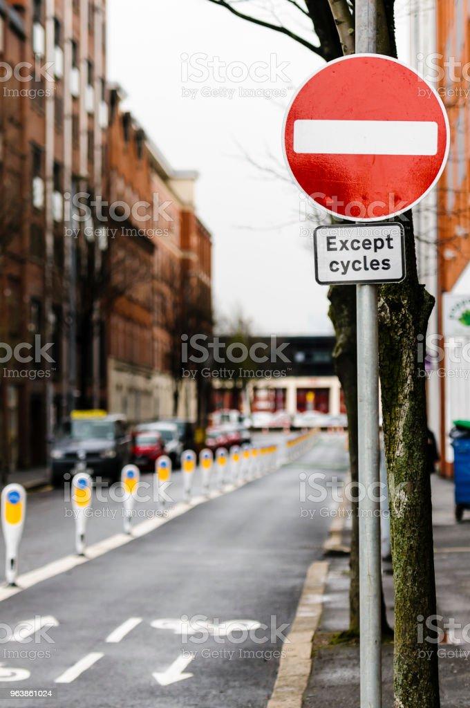 Reihe von Pollern trennt ein Radweg von Kraftfahrzeugen mit einem Schild Warnung, dass keine Fahrzeuge mit Ausnahme von Zyklen eingeben können. – Foto