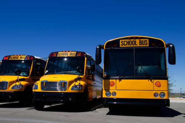 fila de autobuses de escuela nueva en un concesionario - suministros escolares fotografías e imágenes de stock