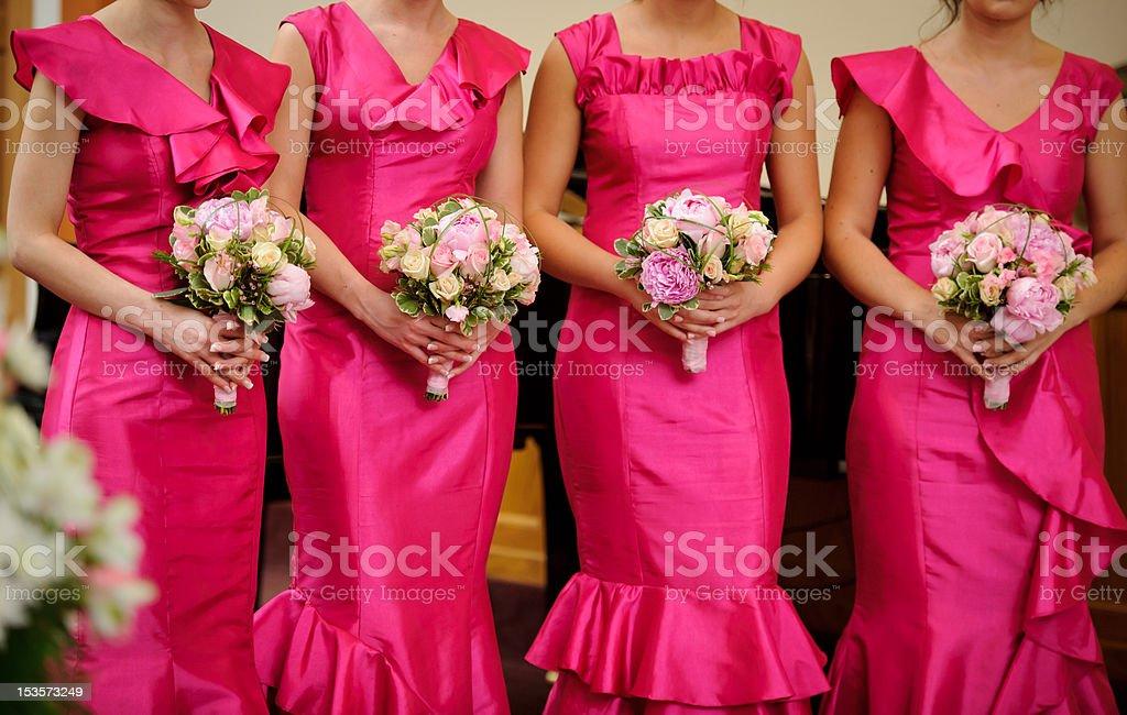 Zeile der Brautjungfern mit Blumenbouquets für Hochzeitszeremonie – Foto