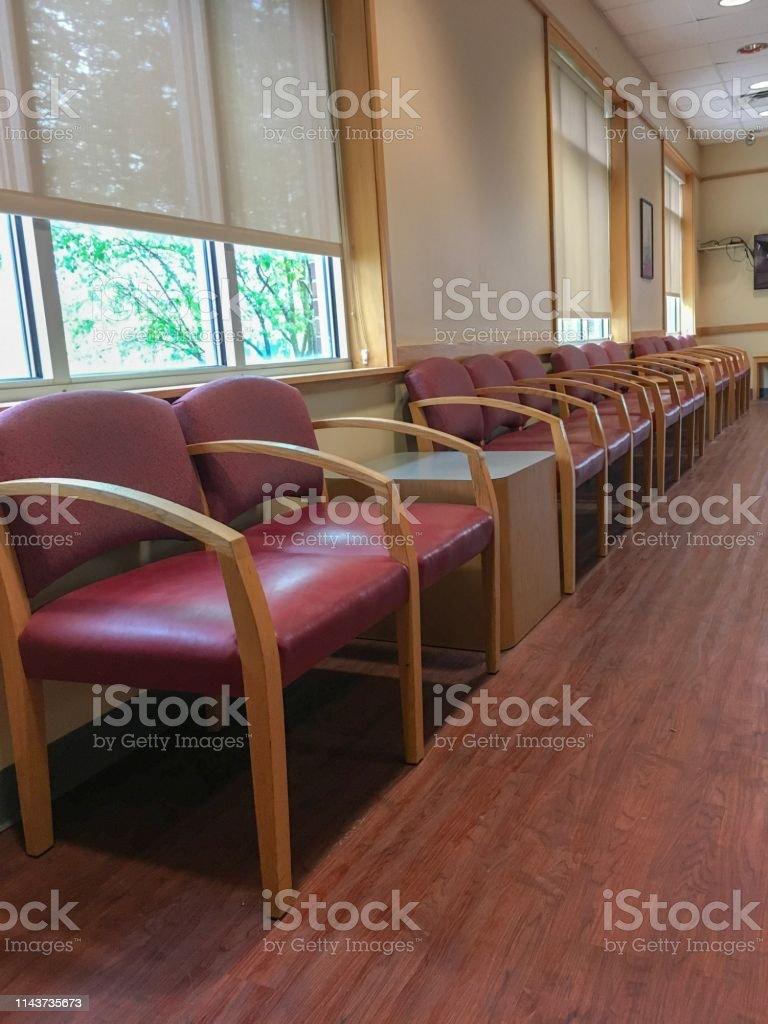 Chaises Salle D Attente Cabinet Medical photo libre de droit de une rangée de chaises dans une salle