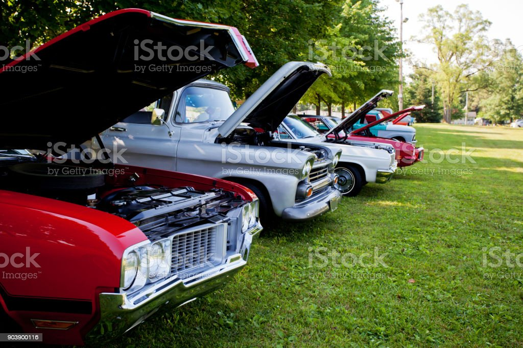 Reihe von Oldtimern auf dem Display in Indiana Park. – Foto