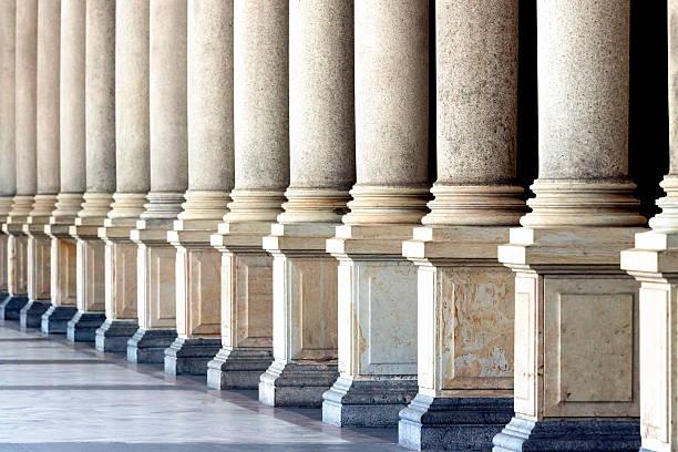 rangée de colonnes classiques - chapiteau colonne architecturale photos et images de collection