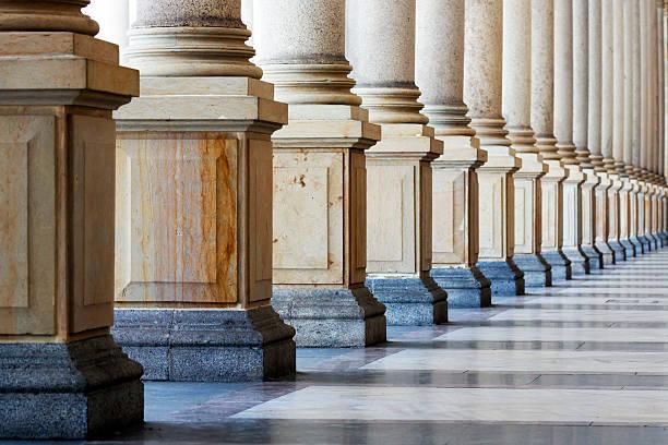 zeile der klassische säulen - baugenehmigung stock-fotos und bilder