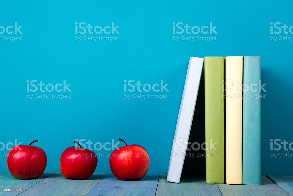 Fila de colorido libros, fondo azul Grungy de cortesía, espacio de copia - foto de stock