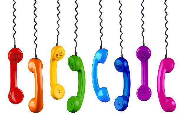 Reihe von bunten Regenbogen farbige altmodische retro Telefon Reciever mit schwarzen Telefon Draht isoliert weißen Hintergrund, Business-Kommunikations-Support-Service-Konzept – Foto