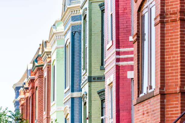 Fileira de casas de Moradias residenciais colorido vermelho azul e verde tijolo pintado casas exterior de arquitetura localizado no bairro de Washington DC Capitol Hill - foto de acervo