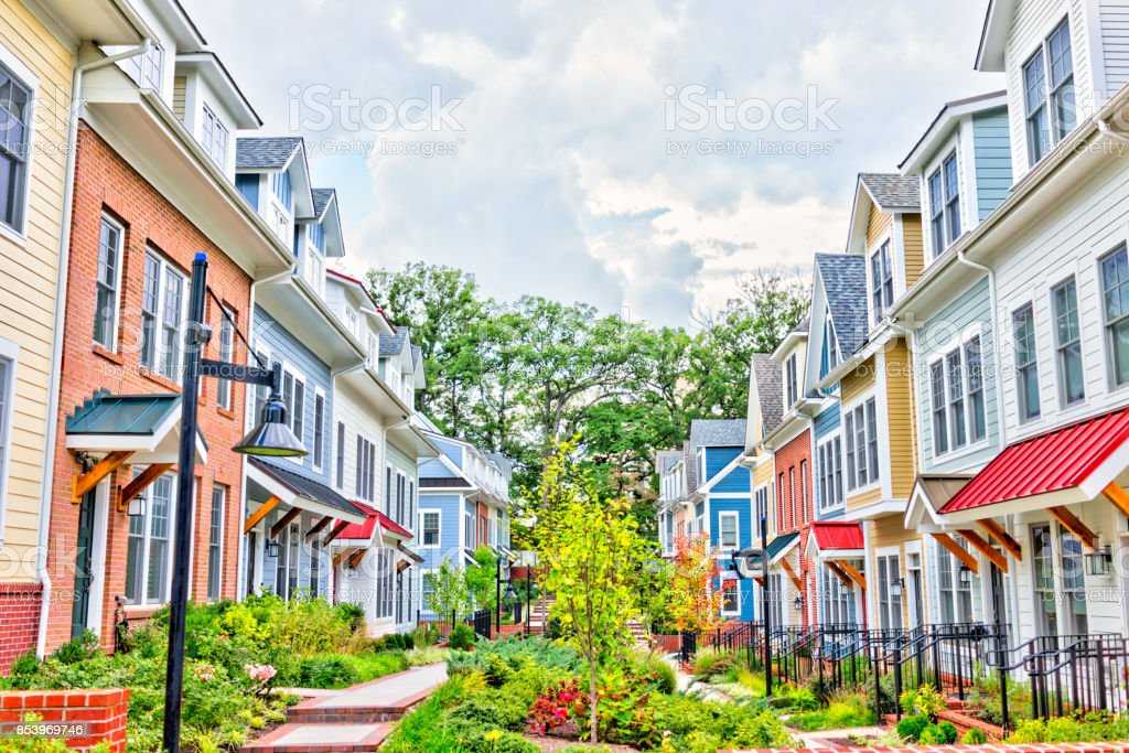 Linha de coloridos sobrados residenciais foto royalty-free