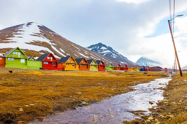 row of colorful wooden houses at longyearbyen in svalbard - ツンドラ ストックフォトと画像