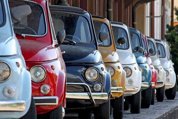 reihe von bunten vintage italienisches autos - oldtimer veranstaltungen stock-fotos und bilder