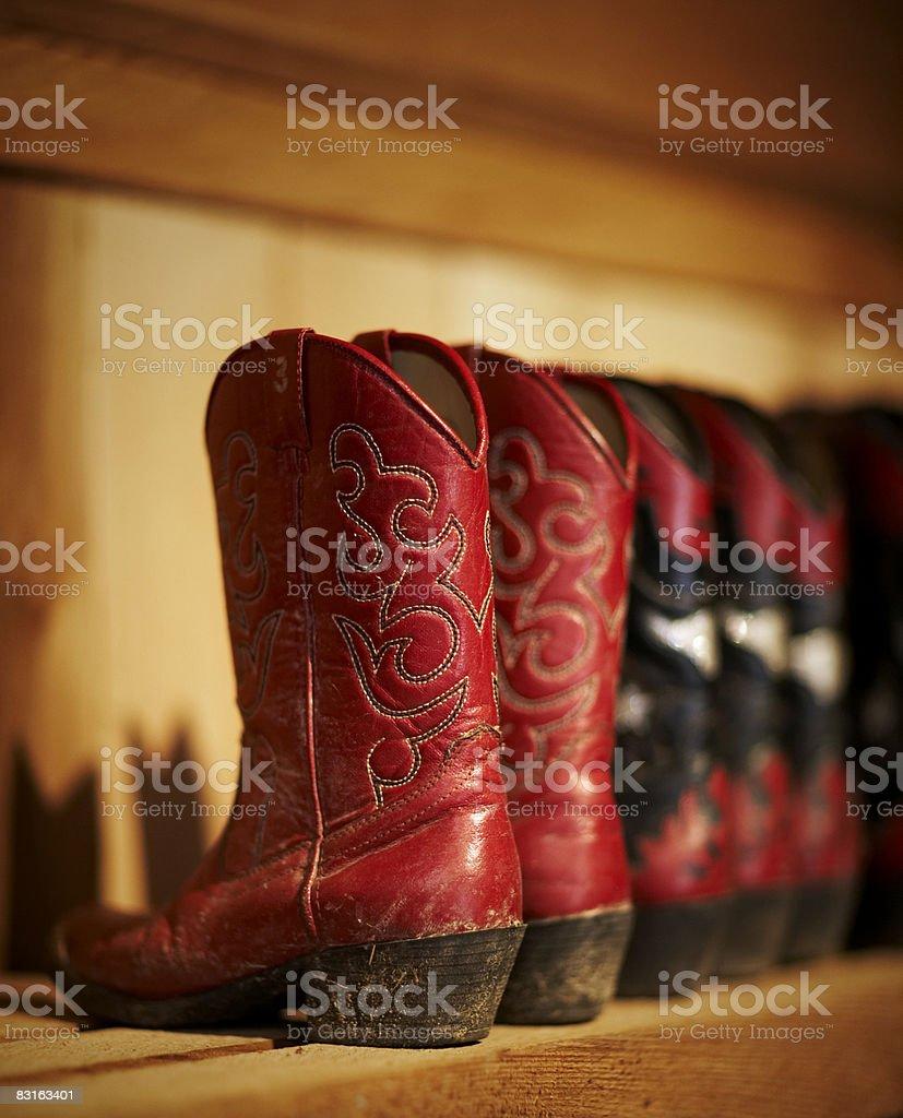 Rząd tradycyjne buty siedzi na półce zbiór zdjęć royalty-free