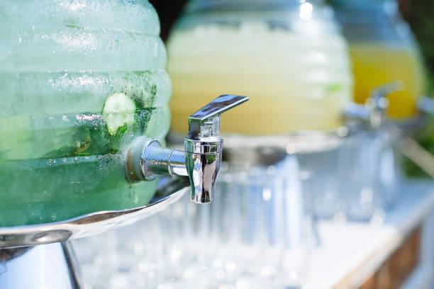 Reihe von Kristall-Limonade Schalen. Serviert für Hochzeit – Foto