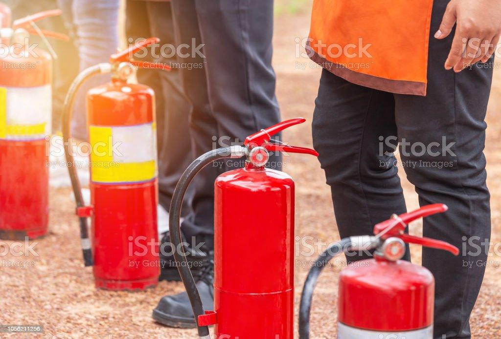 Linha de extintor de incêndio durante treinamento combate a incêndio básico - foto de acervo