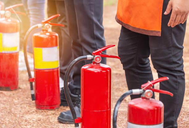 reihe von feuerlöscher während ausbildung grundlegende brandbekämpfung - kinderlandverschickung stock-fotos und bilder