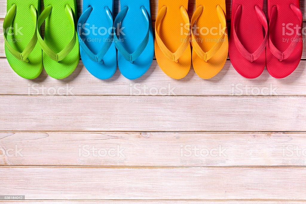 5bd630ad68d14 Fila di sandali infradito in legno legno sulla spiaggia foto stock  royalty-free