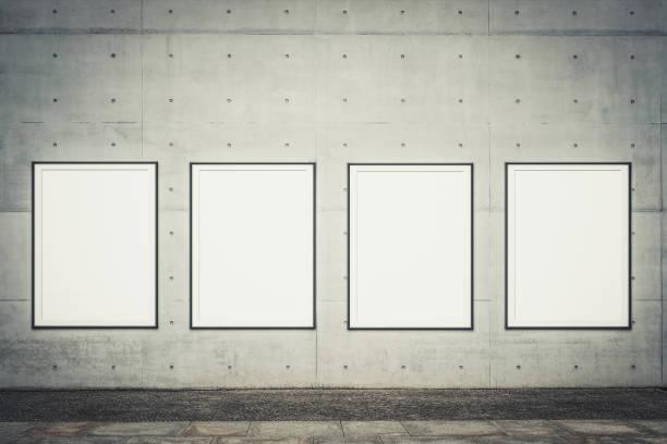 Reihe von gerahmten Plakaten/leeren Plakatrahmen in der Nähe von Bürgersteig mockt sich für Werbung- – Foto