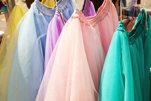 zeile hängen bunte gaze röcke an einem bekleidungsgeschäft - tüllkleid stock-fotos und bilder
