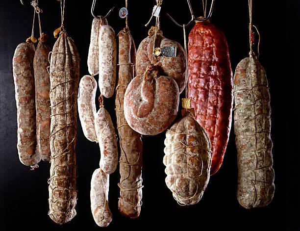 reihe von hängenden salami - pökeln stock-fotos und bilder