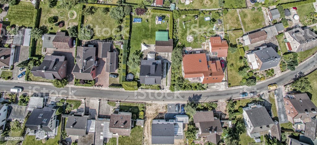 row of houses on a street in Germany, detached houses with gardens, aerial photo - foto stock