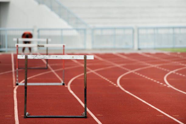Linha de barreiras para uma corrida de obstáculos de sprint de pista e campo. - foto de acervo