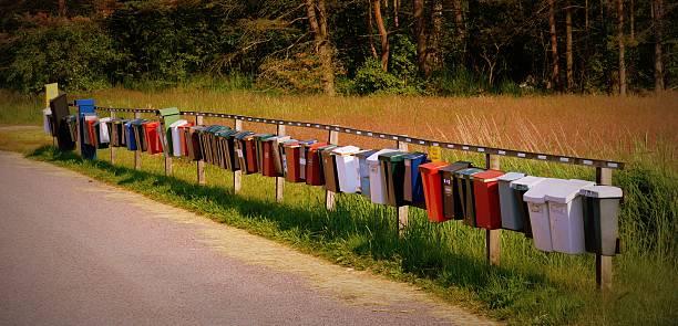 reihe von letterboxes in der schwedischen landschaft - briefhalter stock-fotos und bilder