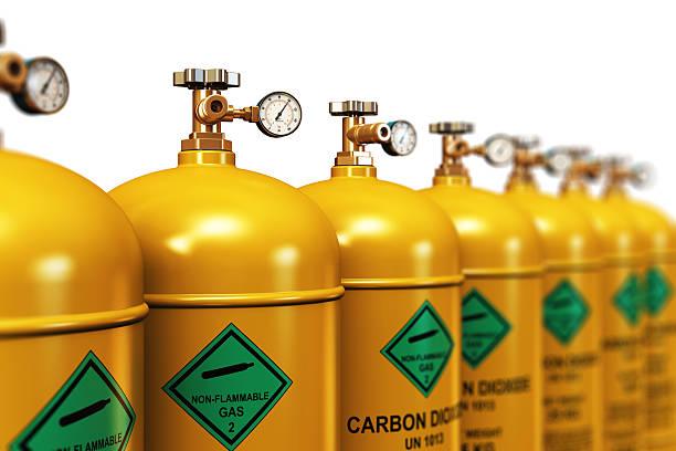 reihe von verflüssigt kohlendioxid industrielle benzin container - was ist co2 stock-fotos und bilder