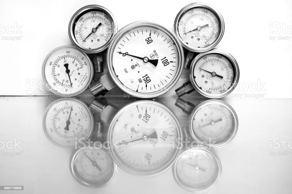 Row of metal steel high pressure gauge meters or manometers with brass fittings on tubing pipeline at LNG or LPG natural gas distribution station plant or factory facility isolated on white background.Pressure gauge in oil and gas production process. - foto de acervo