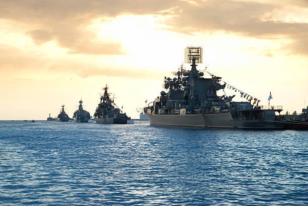 Reihe von Militär Schiffe – Foto
