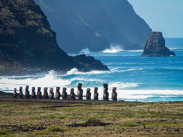 reihe von moai von meer-landschaft in der nähe - osterinsel stock-fotos und bilder