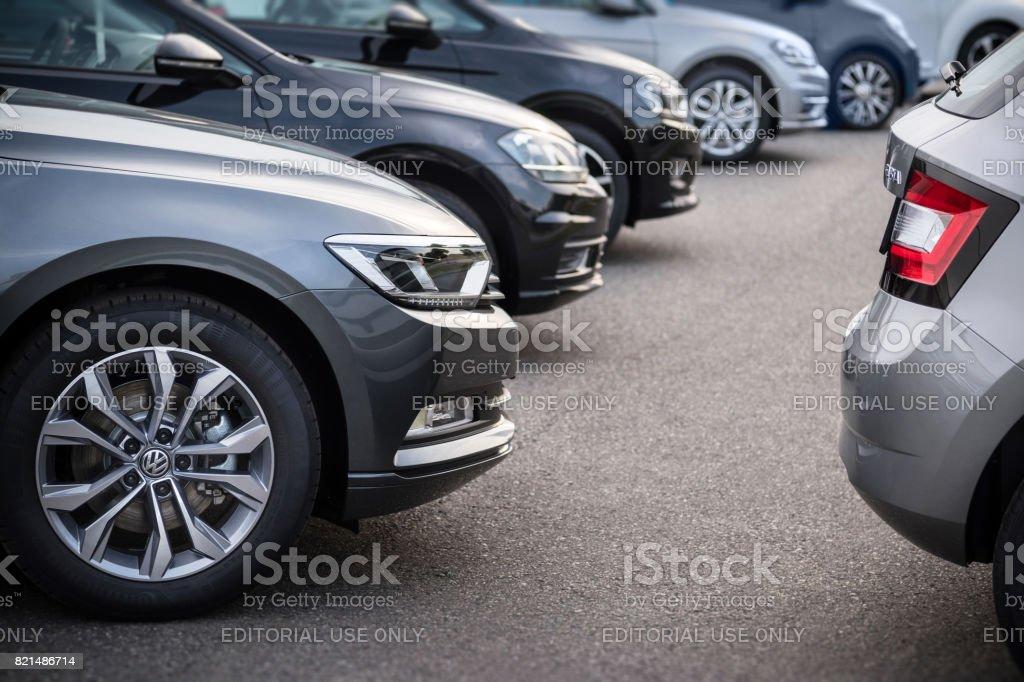 Eine Reihe von modernen Fahrzeugen stehen auf einem öffentlichen Parkplatz in Hamburg, Deutschland – Foto