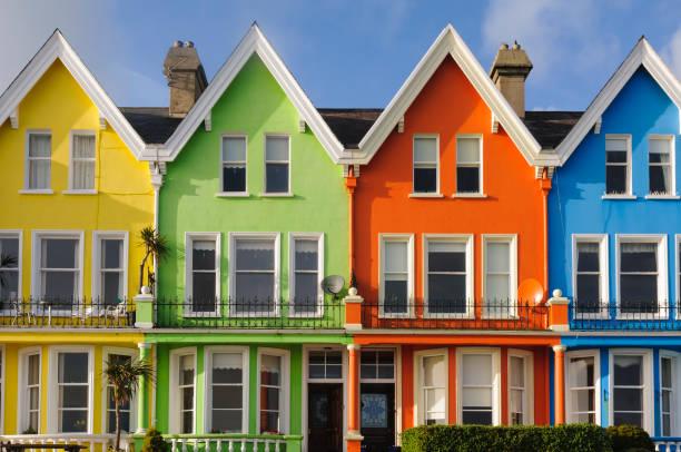 Reihen von bunten Häusern in Nordirland – Foto