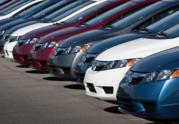 Reihe von neuen Honda Civic Autos – Foto