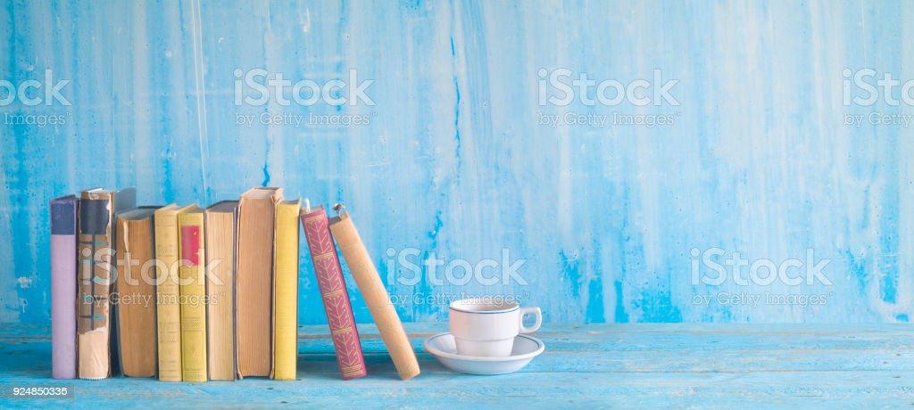 Reihe von alten Büchern und einer Tasse Kaffee, lesen, Literatur, Bildung – Foto