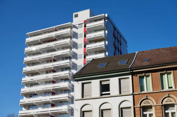 Reihe alter klassischer Stadthäuser und renovierter Wohnblock 1970 – Foto