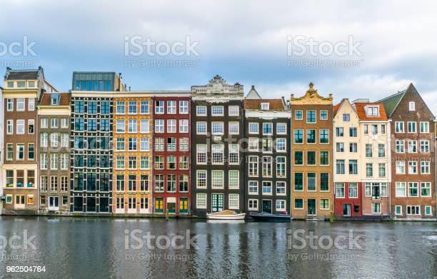 Foto de Uma Fileira De Casas Tradicionais Antigas Na Damrak Em Amesterdão e mais fotos de stock de Amsterdã