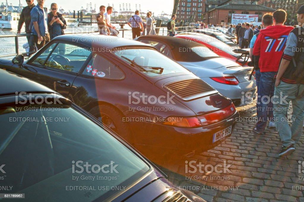 Uma fila de veículos estacionados de Porsche 911 durante o evento com Magnus Walker sobre o Hamburgo do mercado de peixe - foto de acervo