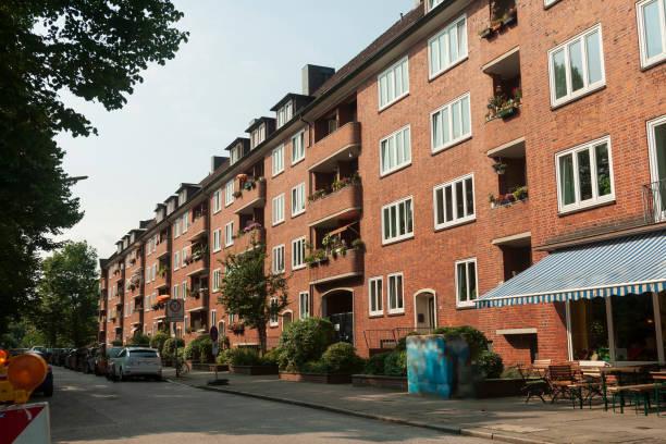 reihe von roten backsteinhäusern in hamburg - reifen hamburg stock-fotos und bilder