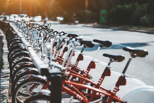Fila De Bicicletas De Alquiler De Color Rojo Al Aire Libre Foto de stock y más banco de imágenes de Aire libre