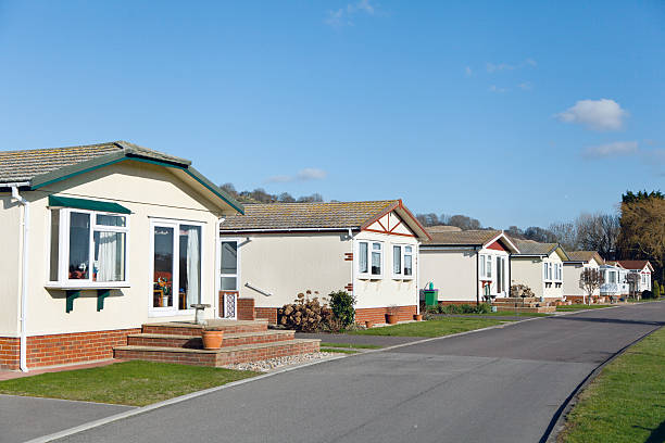 Row of residential mobile park home A row of residential mobile park homes on a caravan park in South East England. Generally this type of caravan park estate is for home owners over the age of fifty years. trailer park stock pictures, royalty-free photos & images